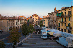 VERONA, WŁOCHY Wrzesień 08, 2016: Miasto krajobraz na widoku na piazza XVI Ottobre i wczesnym poranku Obrazy Royalty Free