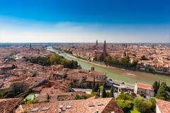 VERONA, WŁOCHY Wrzesień 09, 2016: Panorama miasto Verona, Włochy Sceneria z Adige rzeką, Dzwonkową góruje kościół, dachówkowi dac Zdjęcia Royalty Free