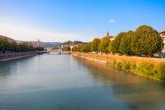 VERONA, WŁOCHY Wrzesień 08, 2016: Sceneria z Adige rzeką, Bridżowym Ponte Nuovo i bulwarem Adige rzeka w lata evenin, Obrazy Royalty Free