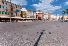 Verona Włochy, Wrzesień, - 8, 2016: Widok na kolorowych domach lokalizować na piazza staniku jest wielkim piazza w Verona Obrazy Royalty Free