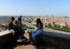 Verona, Włochy Czerwiec 07, 2017: Ludzie blisko Castel San Pietro i V Obrazy Stock