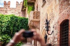 VERONA WŁOCHY, Czerwiec, - 29, 2017: Turystyczna robi fotografia w Włochy Obrazy Royalty Free