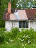 Veronachtzaamd buitenhuis stock foto