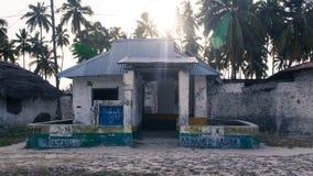 Veronachtzaamd oud huis in Jambiani, Zanzibar stock foto's