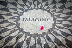 Veronderstel Teken in het Central Park van New York, John Lennon Memorial Royalty-vrije Stock Fotografie