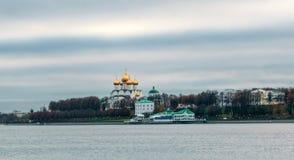 Veronderstellingskathedraal op de Volga rivier in Yaroslavl stock afbeelding