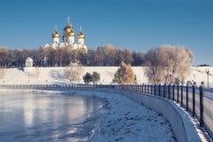 Veronderstellingskathedraal in Yaroslavl-de winter op waterkant Russisch oriëntatiepunt stock foto's