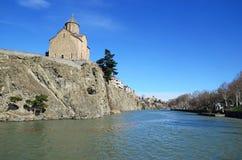 Veronderstellingskerk op de rots over de Kura-Rivier in Tbilisi Stock Fotografie