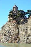 Veronderstellingskerk op de rots over de Kura-Rivier in Tbilisi Royalty-vrije Stock Foto