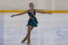 Veronika Ostapenko d'Ukraine exécute le programme de patinage gratuit de filles argentées de la classe III Photographie stock