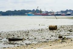Verontreinigd strand Stock Foto's
