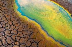 Verontreinigd water en gebarsten grond Stock Foto