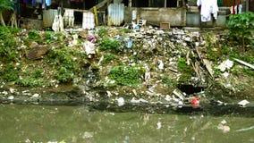 Verontreinigd water en houten krottenwijken stock footage