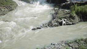 Verontreinigde rivier en vuil riool op een stedelijk gebied stock video