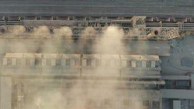Verontreinigende fabriek bij dageraad stock videobeelden