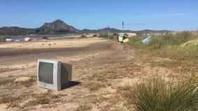Verontreiniging en garbages op het strand stock videobeelden