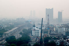 Verontreiniging in Noida Delhi tegen cityscape Stock Fotografie