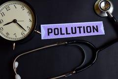 Verontreiniging op het document met de Inspiratie van het Gezondheidszorgconcept wekker, Zwarte stethoscoop stock foto