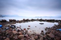Verontreiniging op kustlijn Stock Foto