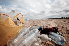 Verontreiniging op strandâ plastic blikken Stock Fotografie