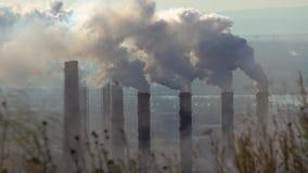 Verontreiniging van de atmosfeer door een industriële onderneming van de metallurgische industrie stock video