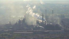 Verontreiniging van de atmosfeer door een industriële onderneming van de metallurgische industrie stock videobeelden