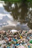 Verontreiniging van het meer, zoet water Plastic afval, vuil afval op het strand op een de zomerdag mooie aard en peoplelessness royalty-vrije stock fotografie