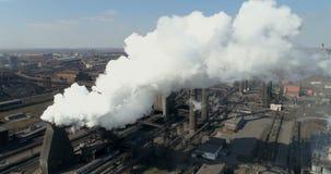 Verontreiniging van het milieu door de metallurgische installatie stock footage