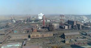 Verontreiniging van het milieu door de metallurgische installatie lucht stock video
