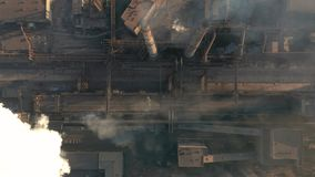 Verontreiniging van het milieu: een pijp met rook Lucht Mening stock videobeelden