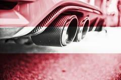 Verontreiniging van milieu door brandbaar gas van een auto met het mengen van de vlag van Oostenrijk royalty-vrije stock afbeelding