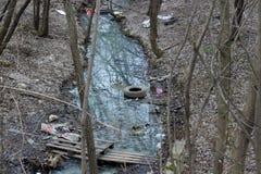 Verontreiniging van rivieren en reservoirs, die met huisvuilafval wordt bedorven, milieuproblemen en verontreiniging van planeet stock foto