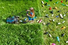 Verontreinigingsconcept met meisje en plastic draagstoel stock fotografie