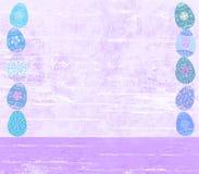 Verontrust paasei en houten geweven violette achtergrond stock fotografie