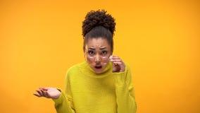 Verontwaardigde dame Afrikaans-Amerikaan die door oogglazen, oneerlijk besluit kijken stock afbeelding