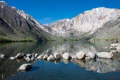 Veroordeel Meer in de lente, weg van V.S.-395 wordt gevestigd, dichtbij Mammoetmeren Californië in de oostelijke Sierra Nevada -b stock afbeelding