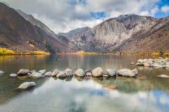 Veroordeel Meer in de Oostelijke Siërra Bergen in de herfst, Californië, de V.S. stock afbeelding
