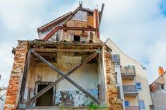 Veroordeeld huis in de stad royalty-vrije stock fotografie