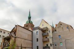 Veroordeeld huis met een kerkspits op de achtergrond in Stralsund, Duitsland royalty-vrije stock afbeeldingen