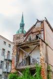 Veroordeeld huis met een kerkspits op de achtergrond in Stralsund, Duitsland stock fotografie