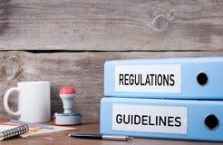 Verordeningen en richtlijnen Twee bindmiddelen op bureau in het bureau B royalty-vrije stock foto's