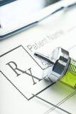Verordnung und Spritze mit Medikament auf Klemmbrettnahaufnahme Lizenzfreies Stockbild