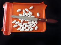 Verordnungsbehälter und -zähler mit weißen Tabletten Lizenzfreies Stockbild