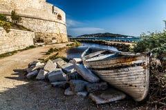 Verouderde en verlaten vissersboten die op de kust leggen Royalty-vrije Stock Fotografie