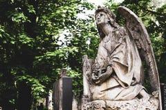 Verouderde oude gestalte van engel met kruis op begrafenis op begraafplaats in Lychakiv-Begraafplaats, Lviv royalty-vrije stock foto's