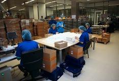 Verpacken der Einspritzungen in der Solopharm-Anlage Lizenzfreies Stockbild