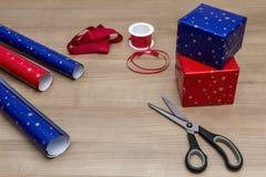 Verpacken der Geschenke Lizenzfreies Stockfoto