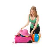 Verpacken des Koffers durch eine junge Frau Lizenzfreies Stockbild