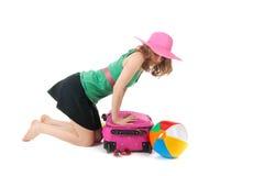 Verpacken des Koffers durch eine junge Frau Lizenzfreie Stockfotografie