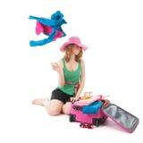 Verpacken des Koffers durch eine junge Frau Stockfoto